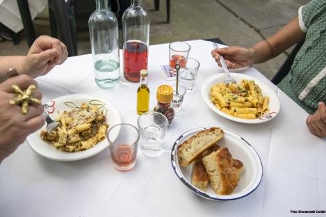 Hausgemachte Pasta mit Kalbsfleischragù und Pistazien (L) und Pasta mot Mascarpone, Kirschtomate und Estragon (R) in der Lavanderia Vecchia am 18. Juni 2021.